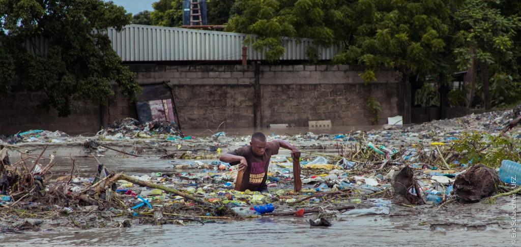 Tanzaniaan in rivier met plastic